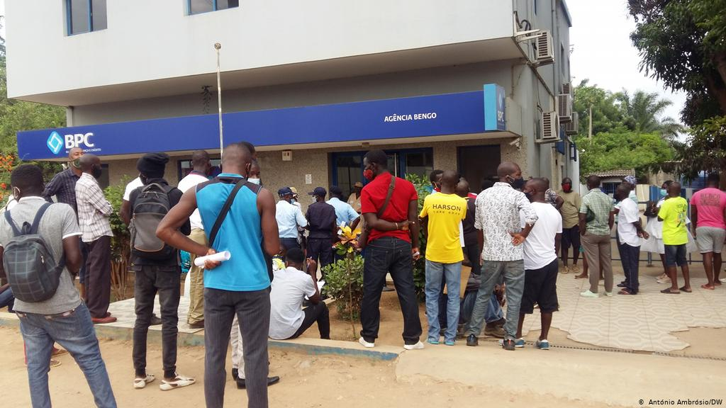 Mais de dois mil funcionários bancários perderam o emprego no país