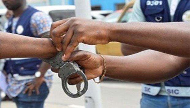 Policia detém funcionária detida por extorquir médicos