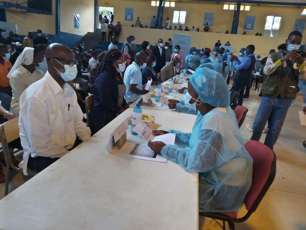 Governo angolano prorroga prazo de apresentação do certificado de vacinação